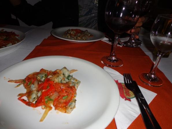 Nhoque vegan de espinafre e molho de pimentão na cantina italiana Originale