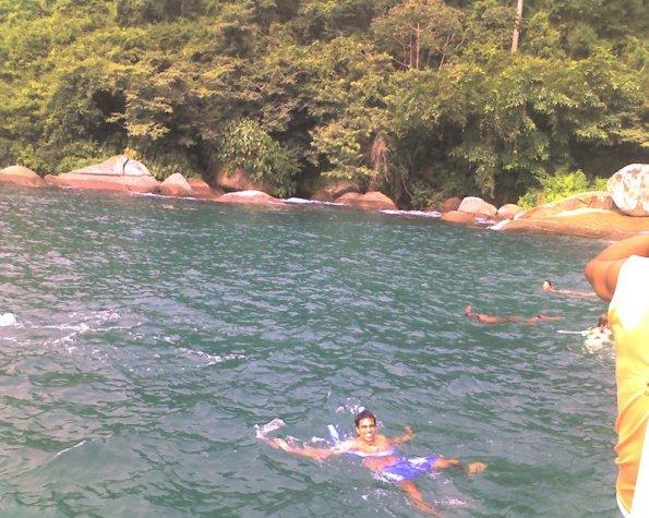 Tiago relaxando em alguma praia de Paraty em 2009.